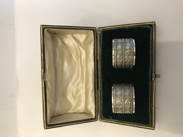 Antique pair of boxed silver plated napkin rings with Geometrically engraved rings between a simple band (c.1900)